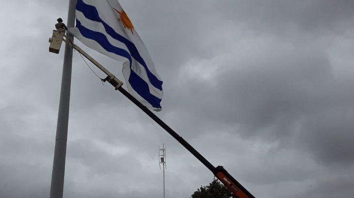 Bandeira é astreada a meio mastro, em luto pela primeira morte por covid-19 em Palmas - foto: reprodução