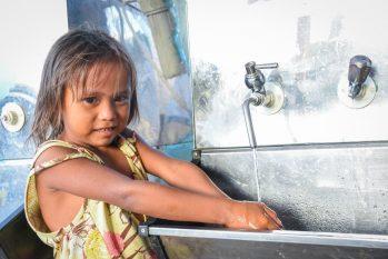 No abrigo Pintolândia, em Boa Vista, criança warao lava as mãos após sessões informativas sobre prevenção contra o novo coronavírus. Metade da população indígena abrigada em Roraima são crianças - Foto: Divulgação/ ACNUR