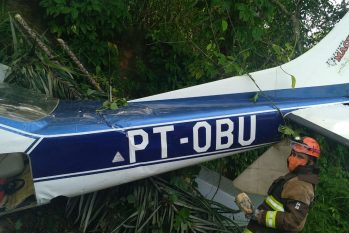 Avião de pequeno porte cai de barranco ao decolar do Aeroclube de Manaus. (Reprodução/CBMAM)