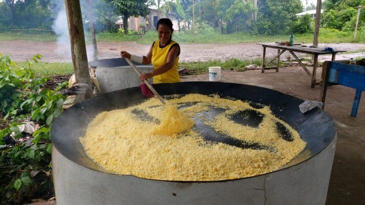 Produtores de farinha na comunidade de Tuiué (Divulgação/Sepror)