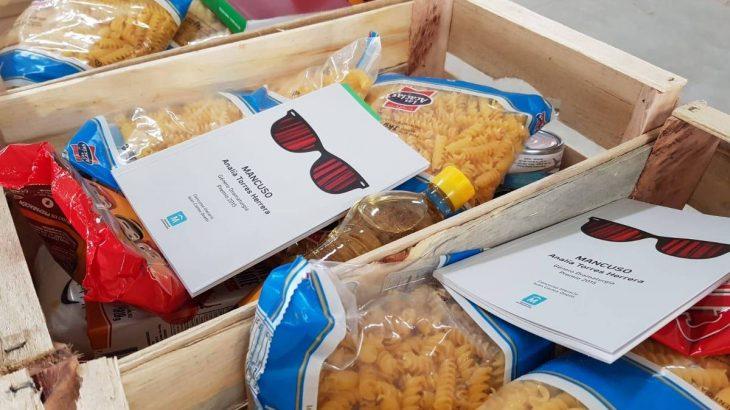 Os livros foram distribuídos dentro de cestas básicas - foto: divulgação