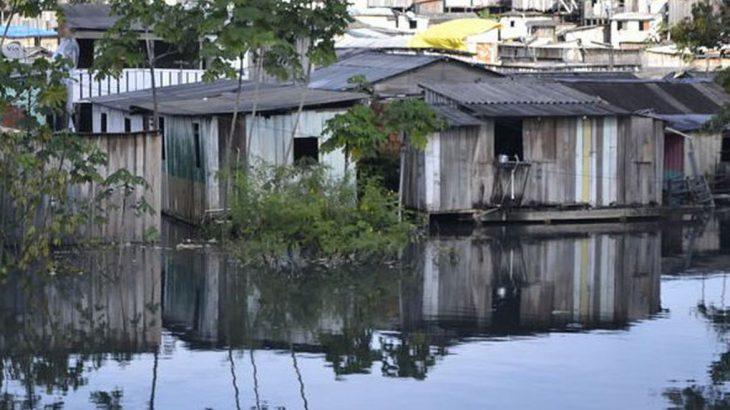 Palafitas e residências próximas as margens do rio negro.