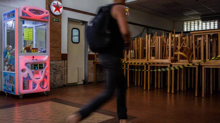 Salão do restaurante Graal 56, na rodovia dos Bandeirantes, em São Paulo, vazio por conta da prevenção contra o coronavírus - Eduardo Anizelli/Folhapress