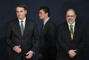 Jair Bolsonaro pode ser enquadrado em seis delitos, incluindo falsidade ideológica e corrupção passiva, conforme o procurador-geral da República, Augusto Aras (à direita). O caso no STF foi aberto após o ex-juiz Sergio Moro acusar o presidente de interferência política na Polícia Federal. (Evaristo Sa / Getty Images)