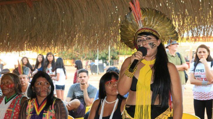 A líder indígena Célia Xakriabá, lamenta em nota oficial da APIB, os mais de cem índios mortos, entre as etnias brasileiras, vitimados pela Covid - 19 (Reprodução/Amazônia.org)