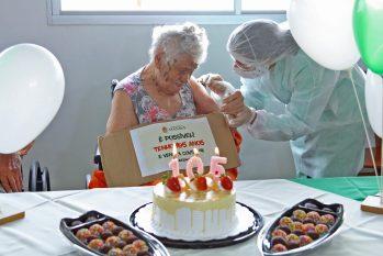 Com um quadro de doenças como diabetes, hipertensão e a idade avançada, D.Arminda ainda teve que encarar um Coronavírus, aos 105 anos de idade, mas, lutou e venceu. (Reprodução/Nathalie Brasil - Semcom)