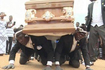 Vídeo do enterro dos dançarinos de Gana foi gravado em 2017, mas inspirou os garçons de Gramado a produzirem  um vídeo fora do propósito, em 2020 (Reprodução/Correio)