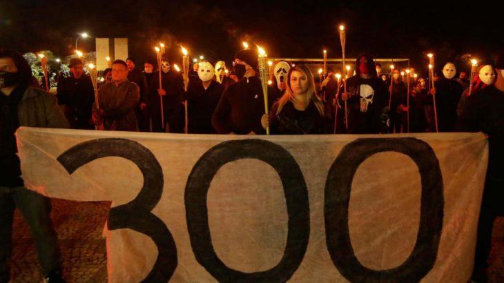 Reunidos em pequenos grupos, radicais de extrema direita pregam a violência política, sob um perigoso silêncio das instituições brasileiras (Reprodução/Metrópole)
