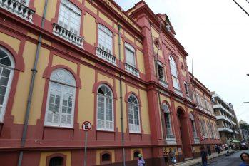Com imponente arquitetura e um raro acervo, a Biblioteca Pública do Amazonas completa um século e meio, prestando serviço de extrema relevância para a cultura do Amazonas (Reprodução/Michael Dantas)