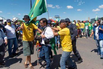Ontem, 25, apoiadores de Bolsonaro hostilizaram jornalistas, numa prática que tem sido recorrente diariamente na porta da residência oficial (Divulgação)
