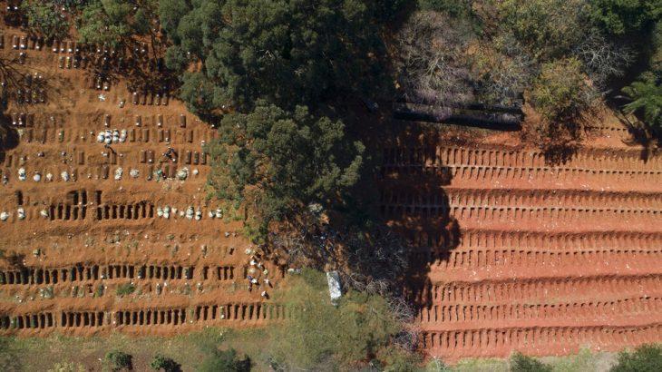 Vista aérea do cemitério da Vila Formosa, em São Paulo, no dia 28 de maio — (Foto: Andre Penner/AP)
