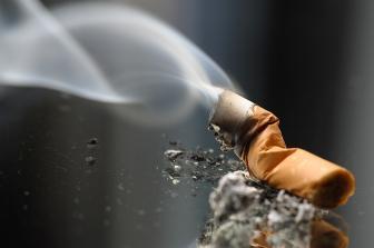 Médico explica que tabagismp aumenta as chances de morte devido à Covid-19. (reproduçãao/internet)