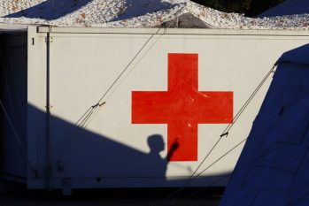 Símbolo da cruz vermelha em território israelita - foto: Matias Baglietto/Reuters