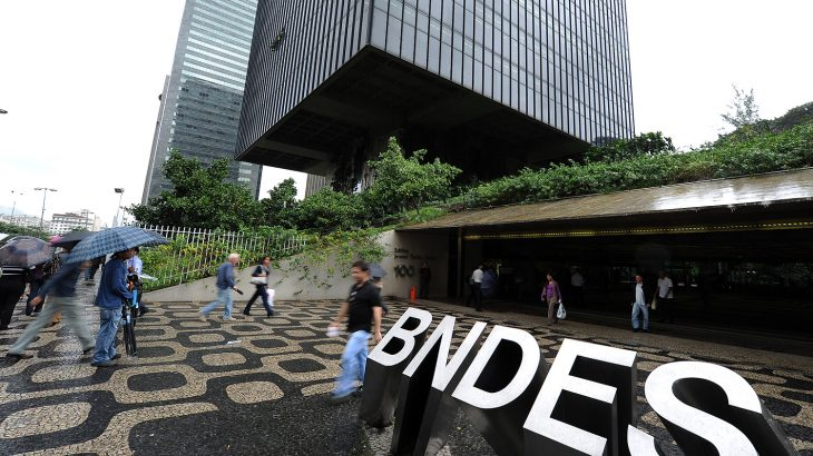 Nas linhas de apoio aos setores mais afetados pela pandemia,o BNDES tem coordenado um sindicato de bancos privados (Reprodução/Internet)