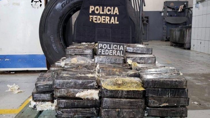 O veículo foi recolhido e inspecionado pelos policiais. A droga foi localizada dentro de quatro pneus do caminhão (Divulgação)