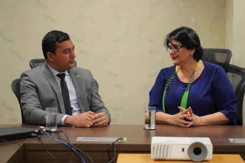 Em Manaus, a ministra Damares Alves reuniu-se com o governador Wilson Lima e entregou cestas básicas a indígenas do Amazonas. (Reprodução/Internet)