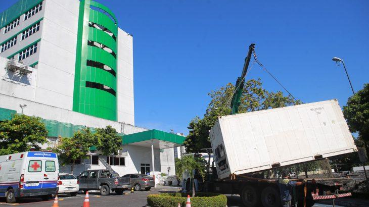 Câmeras frigoríficas foram instaladas para para o acondicionamento de corpos de pacientes que vieram a óbito nas unidades de saúde (Arthur Castro/Secom)