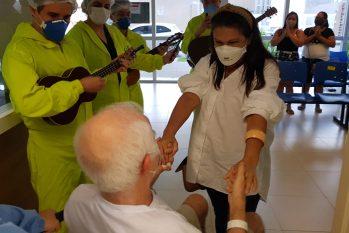 Após 32 dias internado, o paciente Vertino Machado, de 72 anos, emocionou as equipes de saúde ao ter alta do Hospital e Pronto-Socorro Delphina Aziz (Aleandra Cruz/ Divulgação)