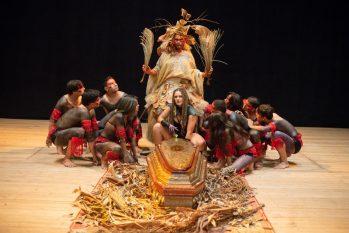 Funeral indígena no Teatro Amazonas é destaque em novo clipe de Márcia Novo (Divulgação)