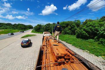 Todos os condutores foram encaminhados à Superintendência da Polícia Federal (PF) para realização dos procedimentos cabíveis.  No total foram apreendidos 121,95 m³ de madeira e 20 m³ de carvão. - (Divulgação/PRF)