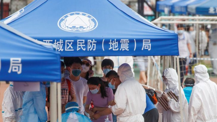 Postos de verificação foram instalados em diversos distritos de Pequim, como forma de conter a disseminação do vírus. (Foto: Reuters/Thomas Peter/Divulgação Agência Brasil)