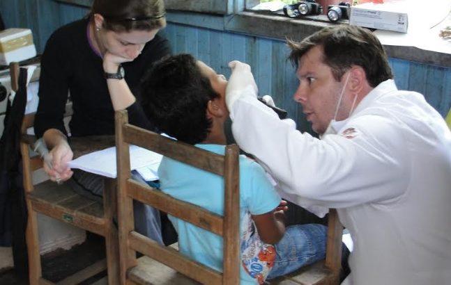 Pesquisadores coletam amostras da população ribeirinha, já contaminada por mercúrio, nos rios da Amazônia. (Expedição Puruzinho/Divulgação)