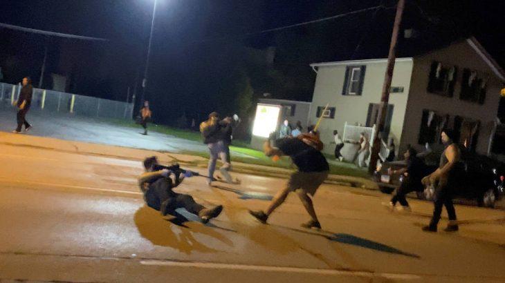 Atos em Kenosha ocorrem em resposta a ação policial que baleou homem negro pelas costas (Brendan Gutenschwager via Reuters)
