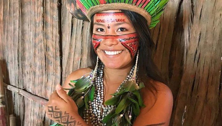 Nos vídeos de poucos segundos, a jovem indígena divide com os seguidores as tradições de sua etnia, demonstra os diferentes hábitos da comunidade e responde as dúvidas do público curioso sobre a cultura Tatuyo. (reprodução)