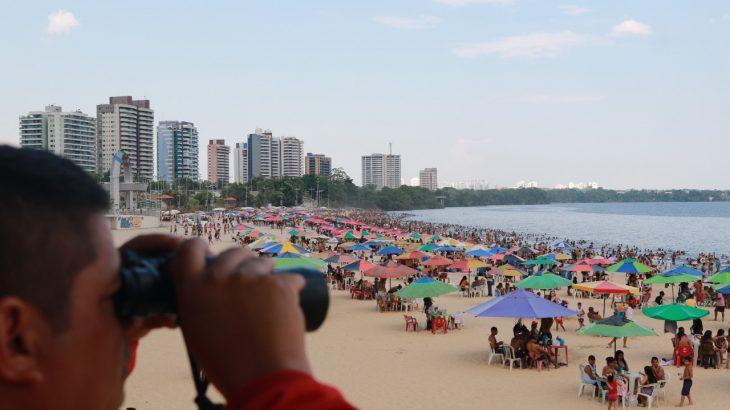 Banhistas têm ignorado as recomendações da OMS sobre pandemia enquanto frequentam praia em Manaus.(Ricardo Oliveira/Revista Cenarium)