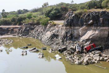 Com a estiagem e retirada de água para abastecimento, o nível de uma pedreira ficou muito baixo e revelou carros no fundo. (Cadu Rolim/Folhapress)