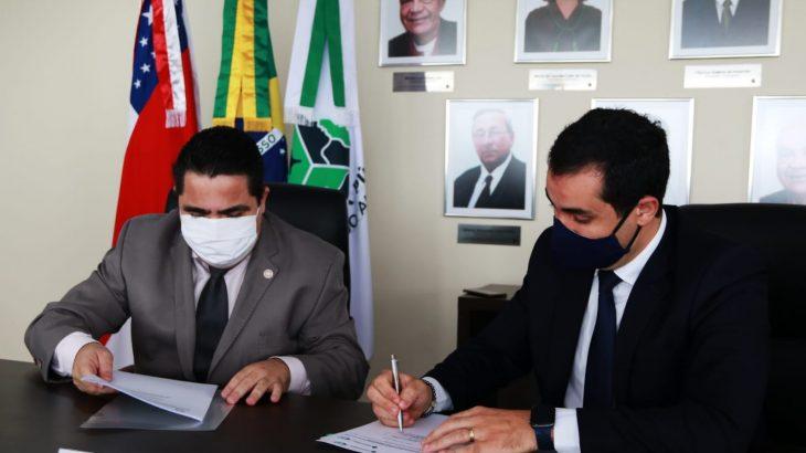 O reitor da Ufam, Sylvio Puga, e o defensor geral, Ricardo Paiva, assinam acordo de cooperação (Clóvis Miranda/DPE-AM)