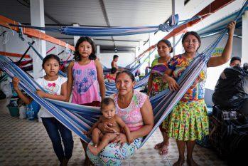 Edilza Sanchez, 27 anos, e grupo de familiares que foram realocadas em Manaus. (ACNUR /Felipe Irnaldo)