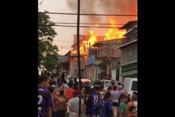 Incêndio tomou conta da residência em poucos minutos. Corpo de Bombeiros atuam para conter o sinistro. Foto: Reprodução/Internet