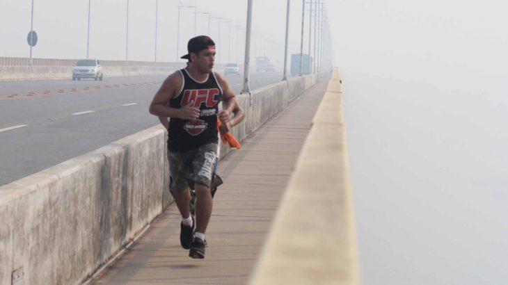 No início da semana, uma nuvem de fumaça foi percebida sobre cidade e chegou a encobrir o alto dos prédios e pontos turísticos, como a Ponte Phelippe Daou, sob o rio Negro. (Revista Cenarium/ Ricardo Oliveira)