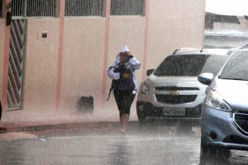 Diante do trânsito parado, pedestre enfrenta a forte chuva. (Ricardo Oliveira/Revista Cenarium)