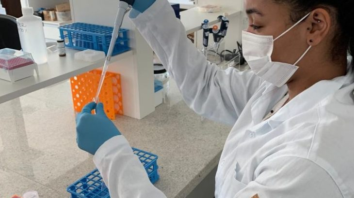 Karina Lima, aluna de doutorado, manipulando células de pacientes de Covid-19, no Lab de Imunoterapia da UFCSPA (Divulgação/ Cristina Bonorino)