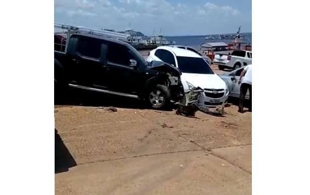 Veículos ficaram destruídos com o impacto da batida no Porto da Ceasa (Reprodução/ Internet)