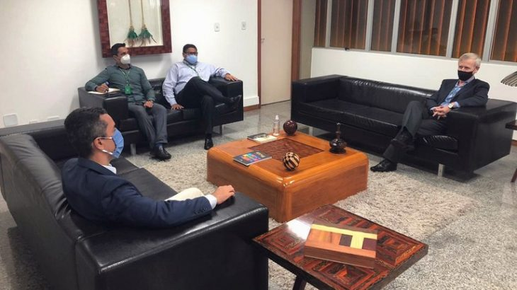 Muni Lourenço (à esquerda) foi recebido pelo superintendente Algacir Polsin (Foto: Layana Rios/ Suframa)