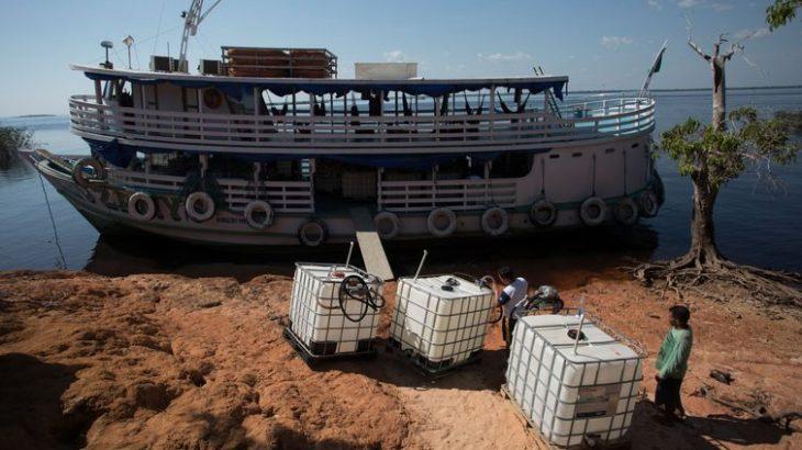 Comunidades distantes de postos de combustíveis dependem da gasolina comercializada na região para abastecer geradores, lanchas e veículos (Divulgação/ Fundação Amazonas Sustentável)