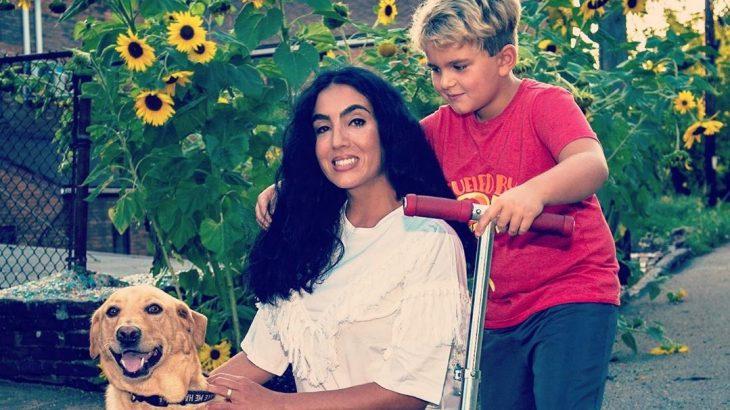 A brasileira Gisele Fetterman, na foto com um dos filhos e o mascote da família, disse que esta foi a primeira vez que sofreu racismo pessoalmente e em público (Divulgação/Instagram)