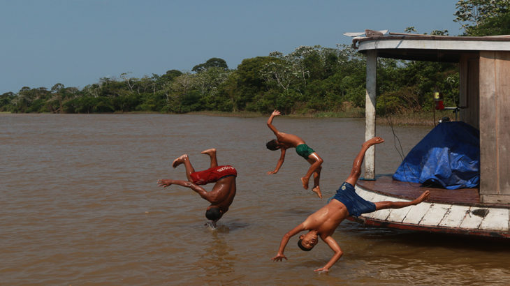 Meninos ribeirinhos brincam no rio Urariá na cidade de Nova Olinda do Norte no estado do Amazonas