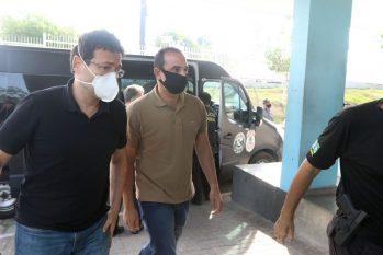 Detidos pela Operação Sangria no momento em que chegavam para se apresentar às autoridades (Revista Cenarium/ Ricardo Oliveira)
