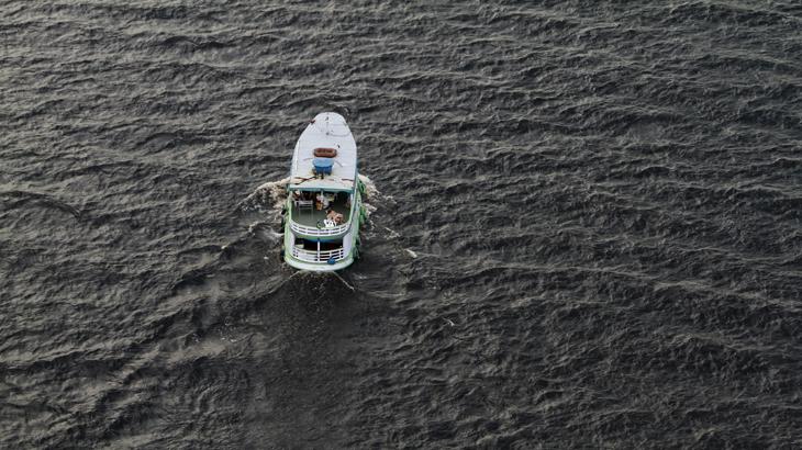 Barco regional no Rio Negro