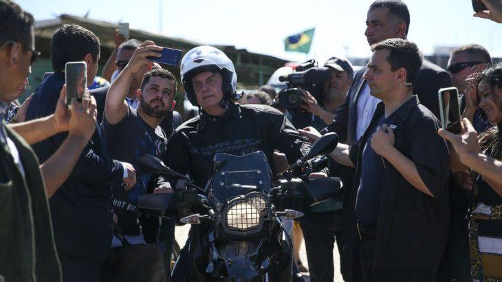 O presidente Jair Bolsonaro em dia de folga anda de moto, (Luiz Eduardo Ramos/Reprodução)