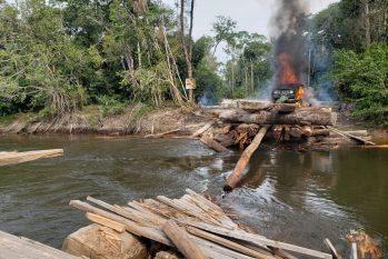 Ponte construída para transporte de madeira foi destruída em terra indígena. — Foto: PF/Divulgação