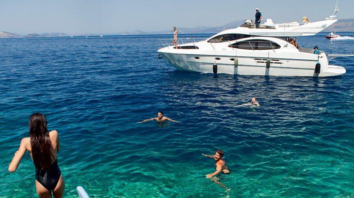 Com distanciamento social e contato com a natureza, alugar barcos e lanchas atrai viajantes que buscam alternativa às aglomerações das praias (Reprodução/ Internet)