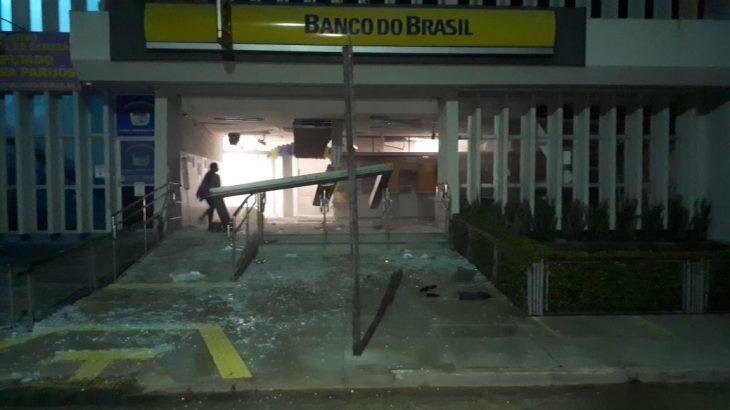 Porta de entrada do Banco do Brasil e caixas eletrônicos foram explodidos pelos criminosos (Reprodução)