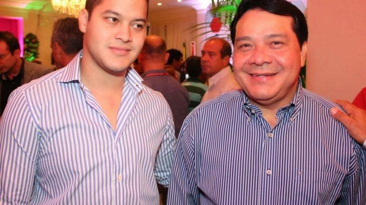 Por unanimidade, o TRE-AM deferiu o recurso que pede a anulação da candidatura de Adail Filho (esquerda), eleito pelo segundo mandato, após seu pai Adail Pinheiro (direita) - (Foto: Reprodução)