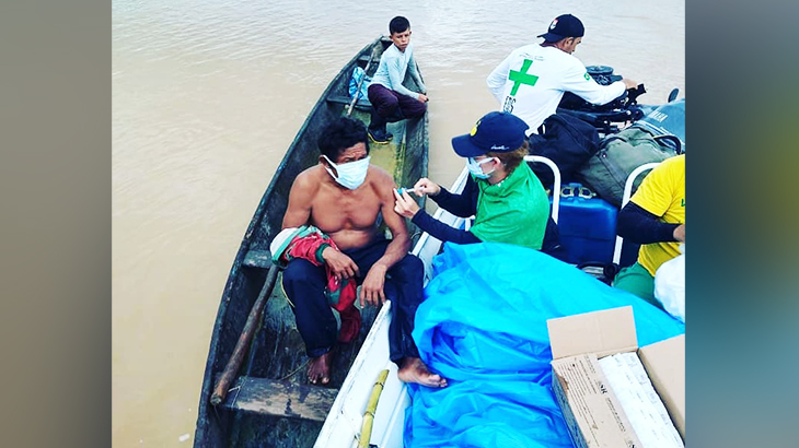 The moment of immunization went viral on social networks and shows the reality of riverside residents who use the canoe as the main means of transport (Reproduction / Internet)