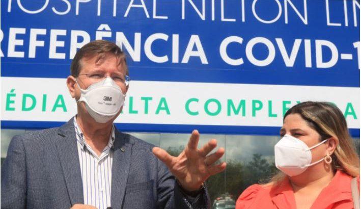 Deputado José Ricardo (esquerda) e Alichelly Ventura, da Comissão de Recursos Humanos da OAB/AM em frente ao Hospital de Campanha Nilton Lins (Ricardo Oliveira/ Revista Cenarium)
